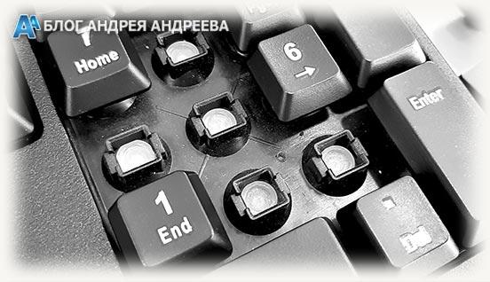 слегка запыленная поверхность клавиатуры без 4 кнопок
