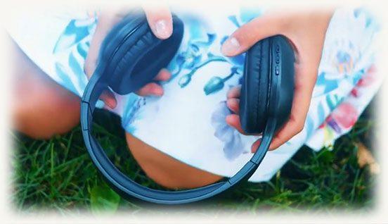 Наушники HD901 Mixcder в руках у девушки