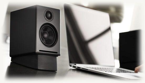 аудио колонка рядом с ноутбуком